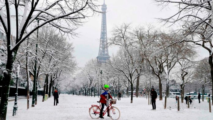 Heavy snowfall blankets Paris